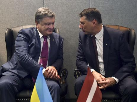 Порошенко попросил президента Латвии посодействовать свозвращением конфискованных 50млневро