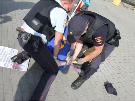 На митинге в Гатчине задержали активиста с флагом Украины