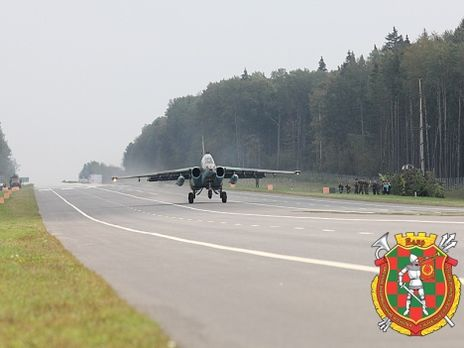 Посадку авиации отрабатывают на автотрассе Минск Брест