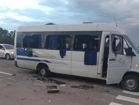 Натрассе Киев— Харьков обстреляли автобус слюдьми— известно о 3-х  раненых
