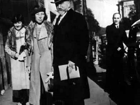 Генерал Евгений Миллер с супругой. На заднем плане у машины агент советских спецслужб Николай Скоблин