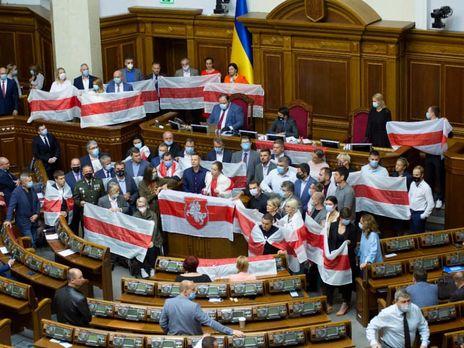 Украинские депутаты поддержали белорусский народ с бело-красно-белыми флагами