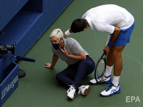 Джокович помогает подняться арбитру на линии, в которую попал мячом