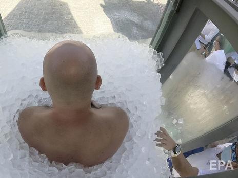 Кеберля з ніг до голови обклали льодом