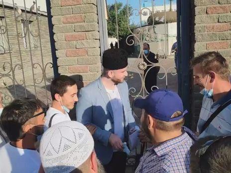 Аметов выходит из здания суда после оправдательного приговора