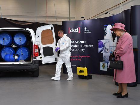 """Первый визит за семь месяцев королева Великобритании совершила в лабораторию, которая выявила, что Скрипалей отравили """"Новичком"""""""