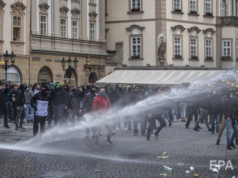Встолице Чехии Праге футбольные ихоккейные фанаты устроили бунт против карантина