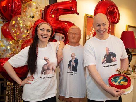 Дмитрий Гордон с супругой Алесей Бацман с праздничным тортом