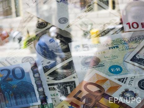 Нацбанк снизил курс гривны, уступив доллару иевро