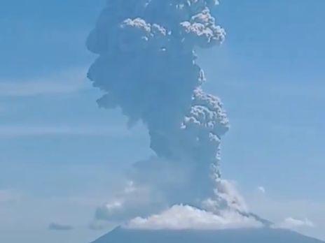 Вулкан выбросил в воздух четырёхкилометровый столб дыма и пепла
