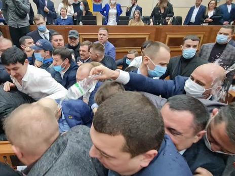 В Одесском облсовете новоизбранные депутаты сначала подрались, а потом начали первую сессию. Видео