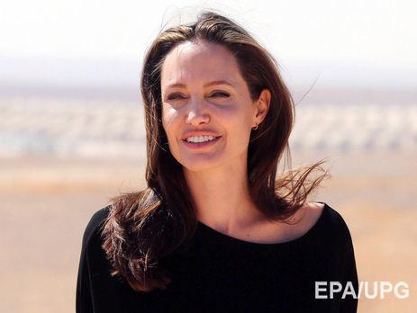 Дети Анджелины Джоли невыходят издома