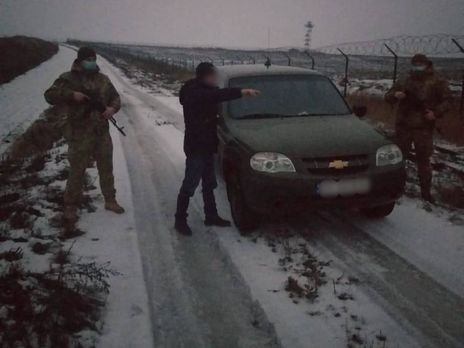 Нарушитель хотел отпраздновать Рождество с родственниками в Украине, и прятался от пограничников в заснеженном рву