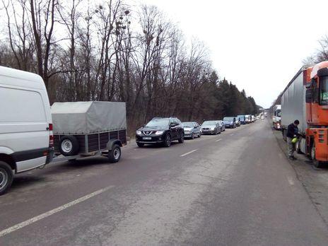 Перед деякими пунктами пропуску виникали скупчення транспортних засобів
