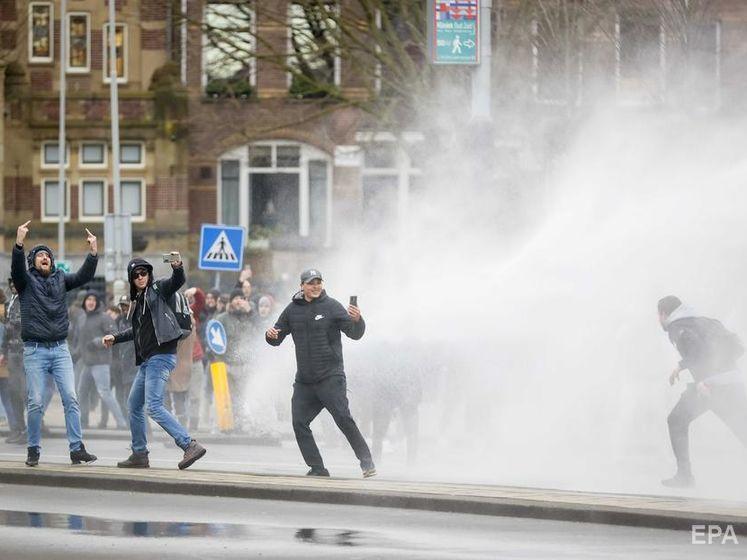 У Нідерландах протестували проти карантину і підпалили центр тестування на COVID-19