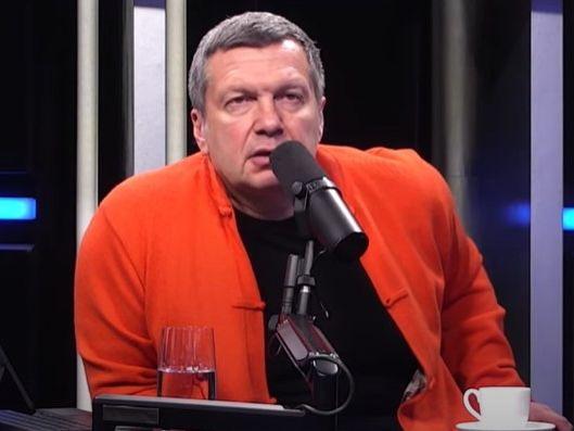 Российский телеведущий Соловьев предложил наградить и обеспечить жильем омоновца, пнувшего женщину в живот