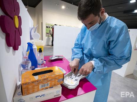 Вакцинацію проти коронавірусу почали у 73 країнах, в Україні, за прогнозами уряду, вона стартує в лютому