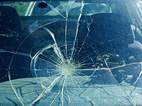 Мужчина вышел из автомобиля, открыл багажное отделение и, достав оттуда лопату, начал крушить служебный автомобиль