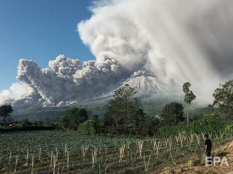 Вулкан выбросил столб пепла на высоту 5 км над вершиной кратера