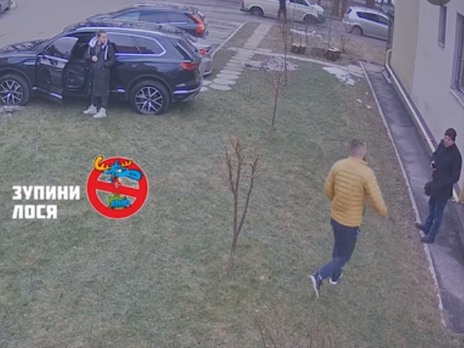 Вінничанин побив чоловіка, який зробив його дружині зауваження через паркування на газоні