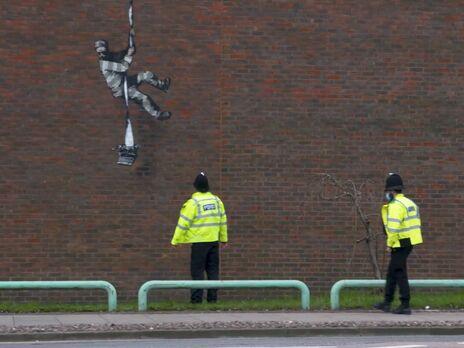 """Граффити, которое называют """"Побег из Редингской тюрьмы"""", появилось 1 марта, но авторство Бэнкси подтвердилось через несколько дней"""