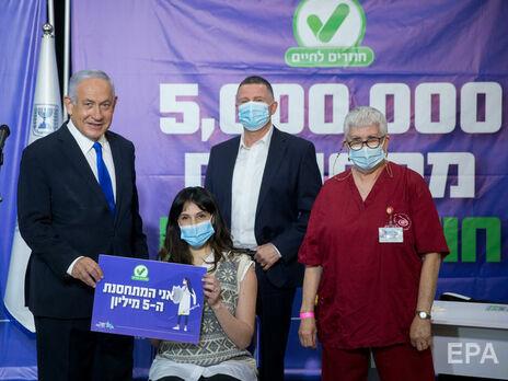 Пятимиллионную дозу вакцины получила бременная израильтянка Джанет Лави-Азулай (в центре)