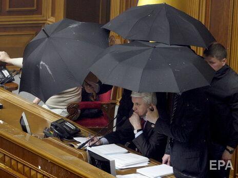 Ратификация Харьковских соглашений сопровождалась дракой в парламенте, дымовыми шашками и бросанием яиц в президиум