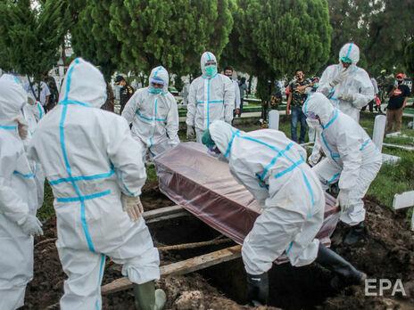 Ляшко розповів, у якому випадку померлих від коронавірусу в Україні потрібно ховати в щільному пакеті (на фото поховання померлого від COVID-19 в Індонезії)