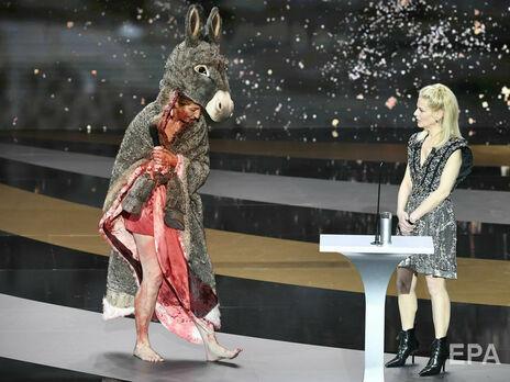 Масьери (слева) вышла на сцену в костюме осла, залитая бутафорской кровью