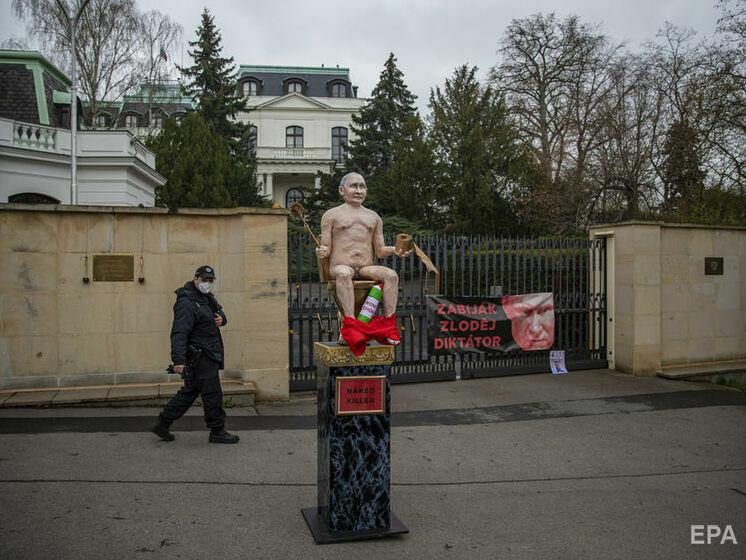 Под посольством РФ в Чехии установили статую голого Путина на золотом унитазе. Фоторепортаж