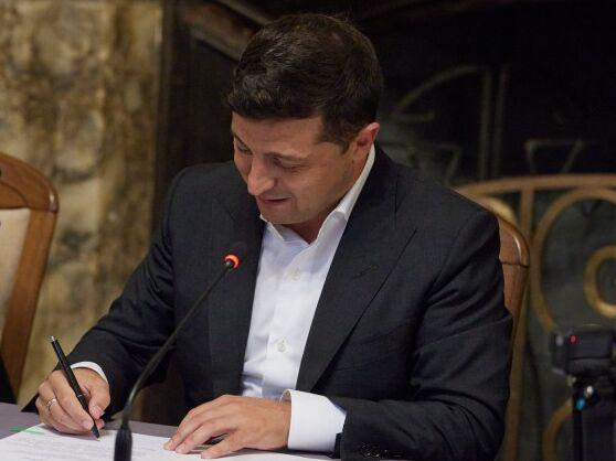 Зеленский временно отменил штрафы за выезд из ОРДЛО через Россию