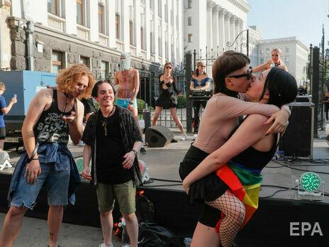 Рейв проти ненависті: українські ЛГБТ влаштували танці під Офісом