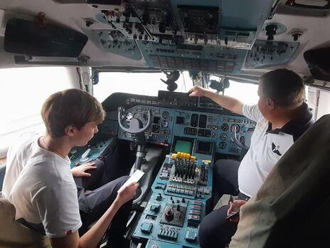 Командир самолета Дмитрий Антонов (справа) показал кабину знаменитого самолета