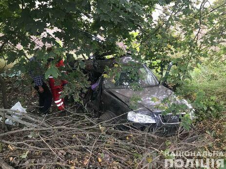 В Киевской области автомобиль врезался в дерево, одна из пассажирок оказалась в багажнике – полиция