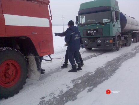 Cотрудники экстренных служб расчищают дороги к70 населенным пунктам