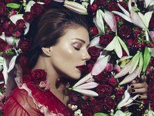 Тина Кароль обнародовала ретро-фотосессию в цветах. Фоторепортаж