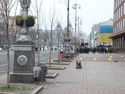 2661c0412475 В Киеве между зданиями Центрального универмага и городской государственной  администрацией правоохранители произвели контролируемый подрыв  подозрительной ...