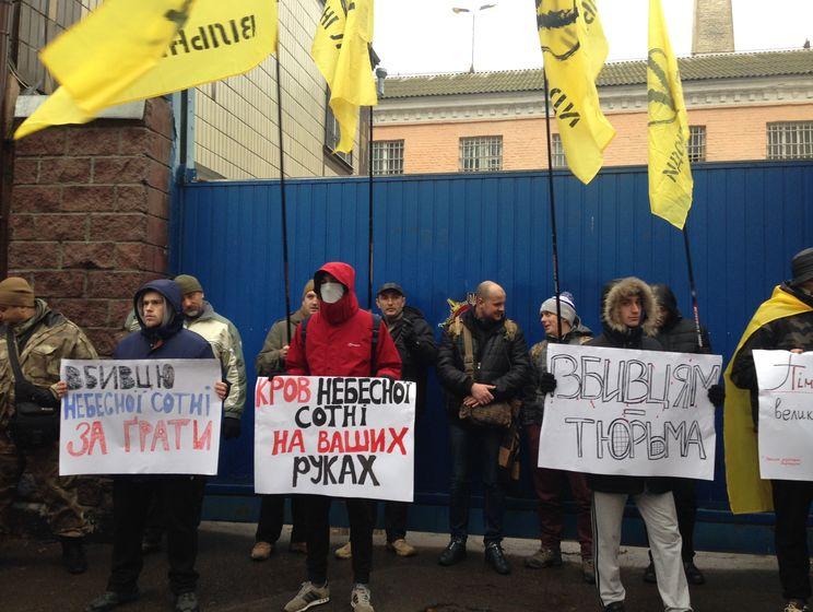 13a408b67828 В Киеве несколько десятков человек блокируют выезд экс-беркутовцев из  Лукьяновского СИЗО (12.99 20)