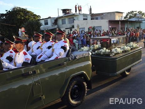Граждане Сантьяго-де-Куба встретили траурную процессию спрахом Фиделя Кастро