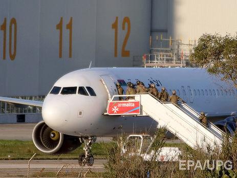 Предполагаемые угонщики ливийского самолета сдались властям
