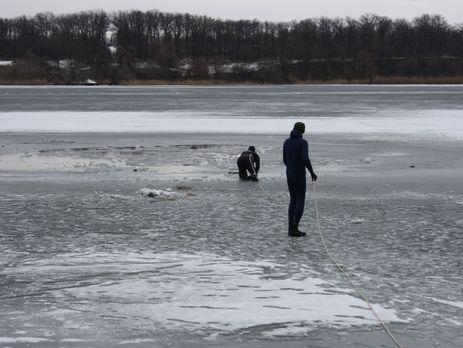 Подростки провалились под лед, есть погибший
