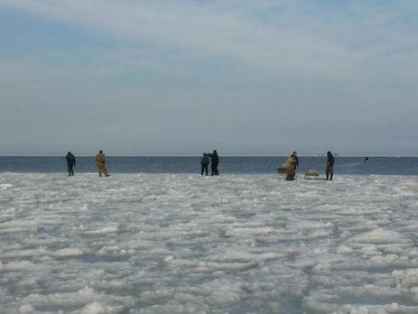Под Запорожьем 12 рыбаков дрейфовали нальдине,