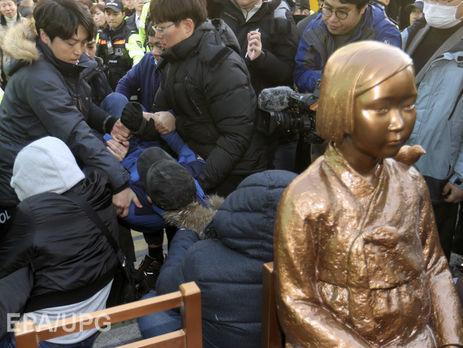 Власти Японии временно отзывают своего посла вЮжной Корее