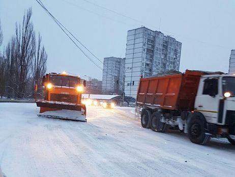 ВКиеве продолжают чистить дороги отснега, синоптики обещают осложнение погоды