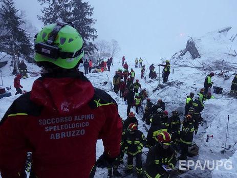 Из-под завалов горного отеля вИталии достали мать ичетверых детей, живыми