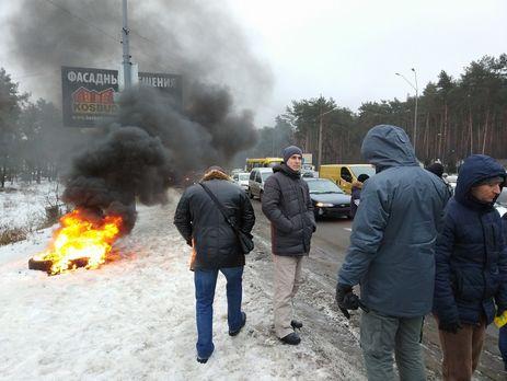 Примерно 40 человек наавтомобилях протестуют под зданием Кабмина