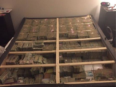 $20 млн под матрасом. Впечатляющее фото обыска квартиры вБостоне