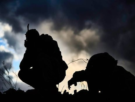 ВоенныеРФ вДонбассе расстреляли мешавшего имсбежать офицера