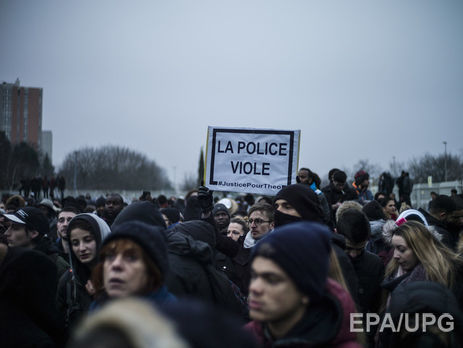 Впригороде Парижа протестующие против полицейского произвола начали поджигать автомобили