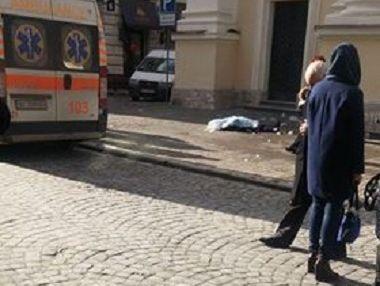 Во Львове погибла женщина из-за упавшей на нее ледяной глыбы